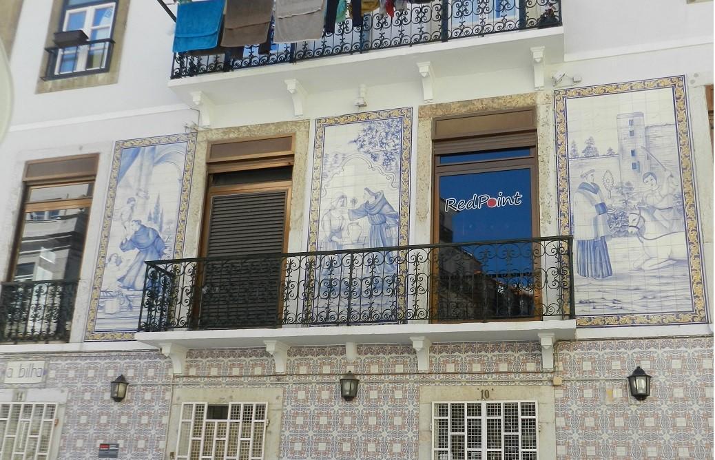 A Lisbona con il naso all'aria… variopinte Azulejos e romantici balconi